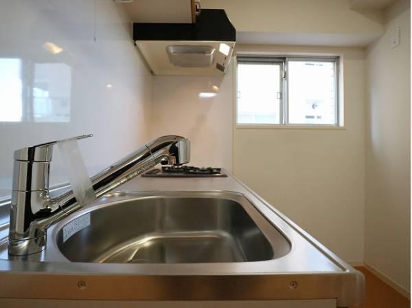 キッチンにも窓があり、換気を考慮されています。明るい光が差し込み、開放的な空間を演出します。
