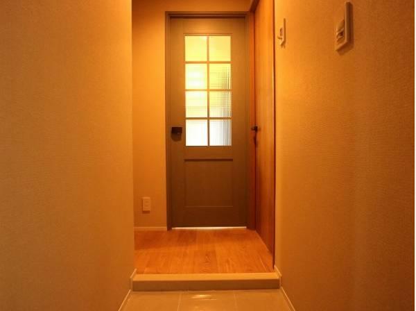明るく清潔感のある玄関がお出迎え。優しく落ち着きのある空間です。