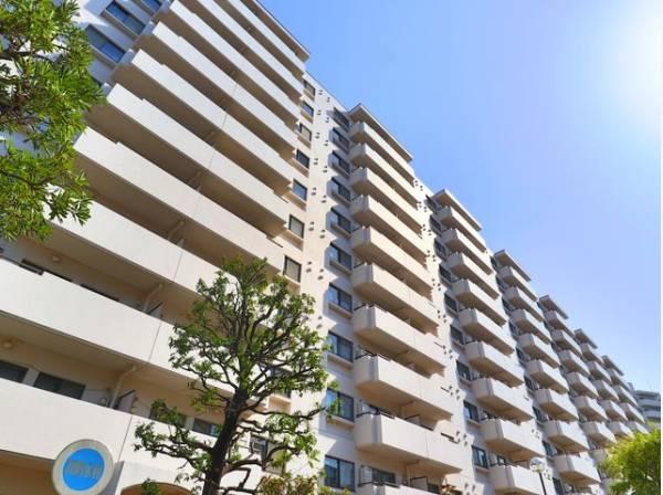 爽やかな青空の下に贅沢なほどに降り注ぐ陽光。豊かな居住性と、クオリティが見事に調和した住空間。
