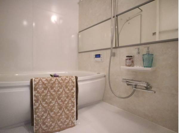 美しいツヤとなめらかな肌ざわり。水や汚れをはじき汚れにくくお掃除ラクラクの浴槽です。