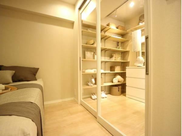 洋室と隣接のドレッサールームはおしゃれなガラス戸を採用。空間に奥行きが生まれ、美しく開放感のある空間となっています。