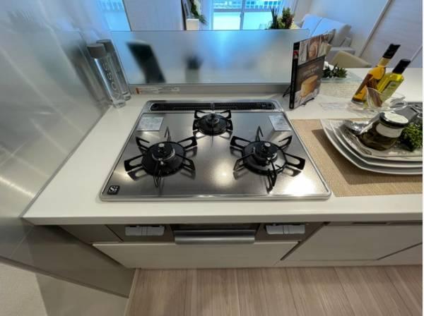 三口コンロで、お料理の効率もアップ。使い勝手の良さを考えました。フラット天板で、お手入れもラクラク。