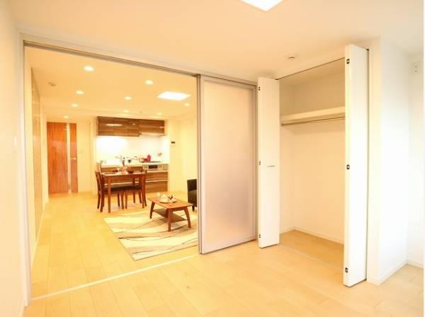 リビングに隣接した洋室。クローゼットも広く洋服や小物をたくさん収納できるのでお部屋をすっきりさせることができます。