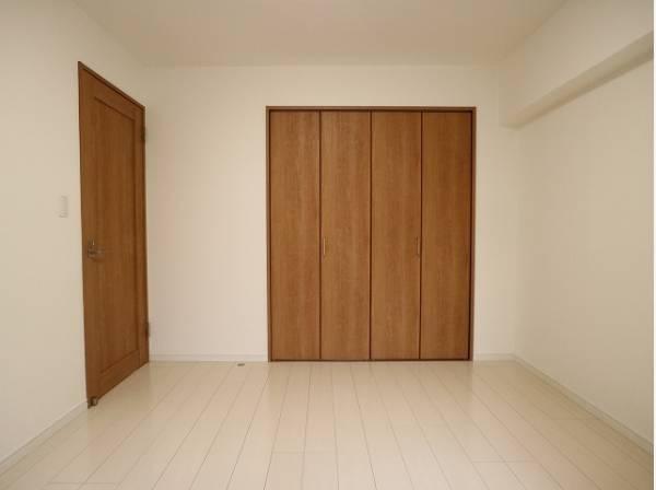 各居室にクローゼットをご用意しております。洋服をしまう整理ダンスなどを置かなくてもいいので、その分お部屋を広く使うことができますね。