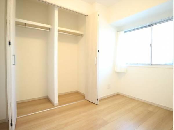 各居室にクローゼットをご用意しております。洋服をしまう整理ダンスなどを置かなくてもいいので、その分お部屋を広く使うことができます。