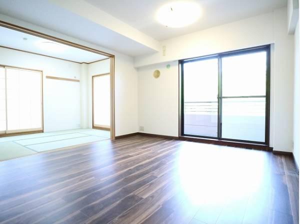 リビングと隣接の和室は、可動ドアを開くと20帖超の空間になります。家族構成の変化にも柔軟に対応するための工夫をいたしました。