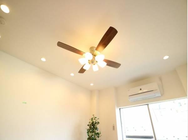 おしゃれなシーリングファンライト。空気を撹拌することで室内の温度を均等に保ち、冷暖房の効き目を向上してくれます。