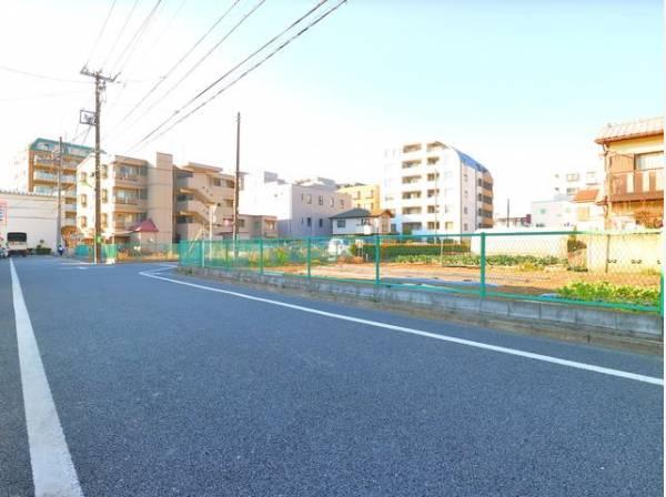前面道路は約6mで、車の運転が苦手の方もスムーズに出し入れができます。