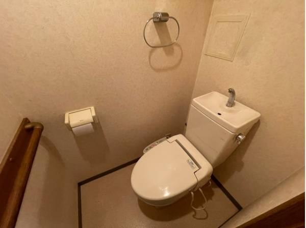 換気と明るさに配慮した、清潔感溢れるトイレ。落ち着いた空間で安らぎのひとときを。