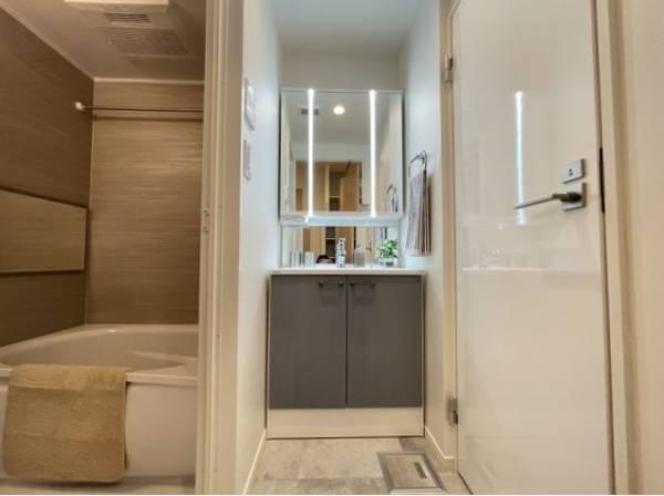 三面鏡の付いた洗面化粧台は、鏡面裏側にも機能的な収納を配置。スキンケア用品などが収納できます。