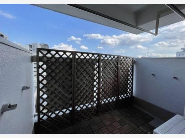 バルコニーはお布団や洗濯物を干せる広さがあり、太陽の陽射しでしっかりと乾きそうです。