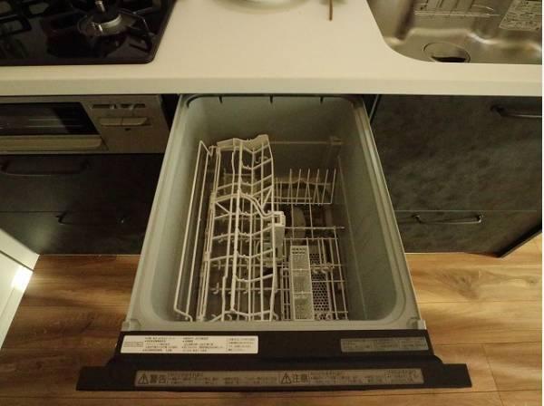 ビルトイン食洗機は、作業台が広く使え、見た目もスッキリ。節水や節電機能も充実して家事の手助けをしてくれます。空いた時間で趣味の時間も充実しそう。