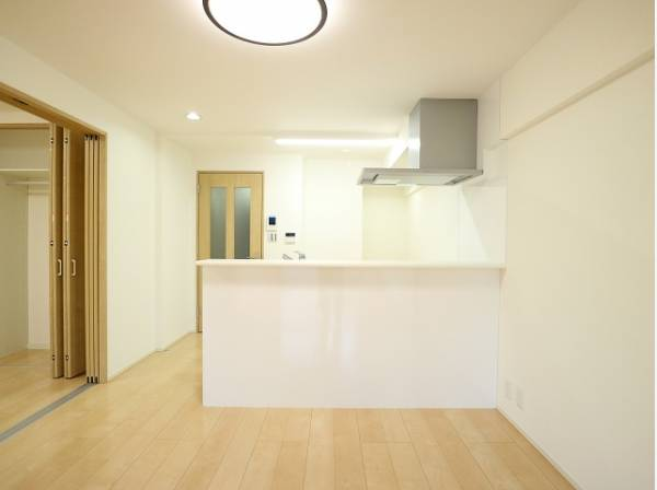 リビングと隣接の洋室は天井、フローリングと同じ色合いで揃えており、可動ドアを開くと開放感のある空間になります。