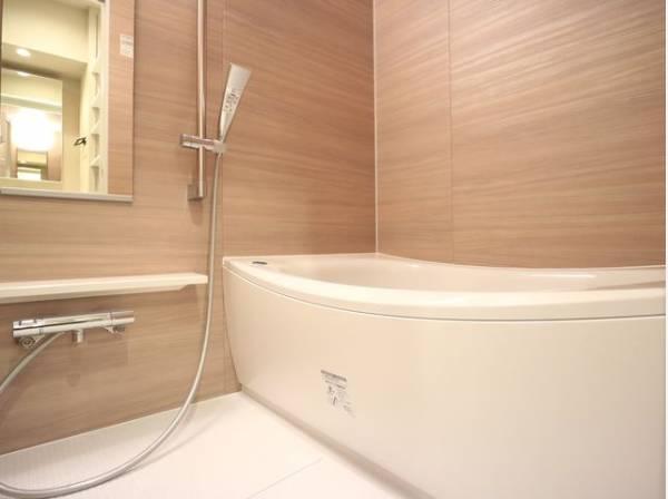 美しいツヤとなめらかな肌ざわり。水や汚れをはじき汚れにくくお掃除ラクラクの浴槽です。浴槽へもまたぎやすいよう配慮されています。また、シャワーヘッドの位置が変えられるので使い勝手がとても良い浴室です。