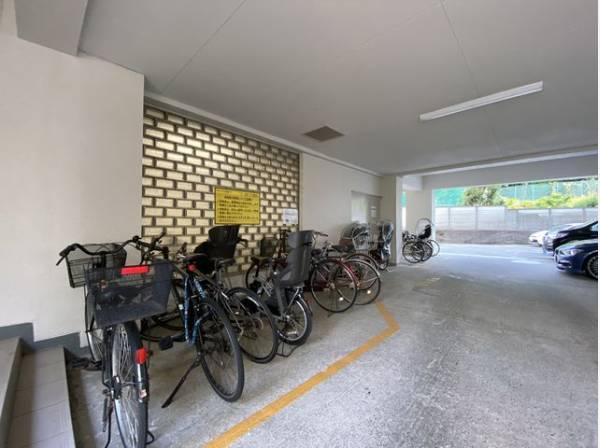 平置き駐輪場なので、重量のある電動自転車や子供乗せ自転車もラクラク出し入れできます。