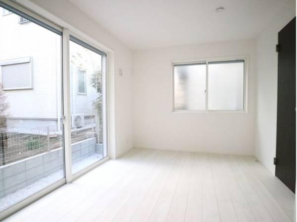大きな窓からたっぷりと陽光が注がれる明るい空間。一日の疲れをいやしてくれる洋室。時を忘れて過ごす空間。