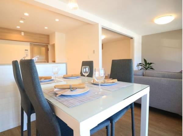 4人掛けのダイニングテーブルと2人掛けのソファ、リビングテーブルを置いてもゆとりのあるLDKです。