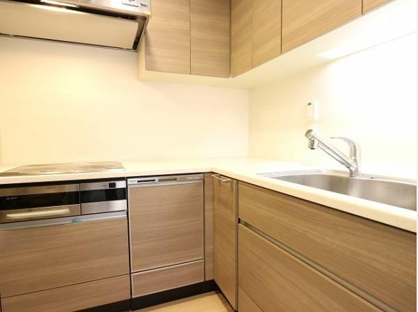 清潔感のあるL字型のキッチン。使い勝手の良い設備のキッチンで効率よくお料理ができます。