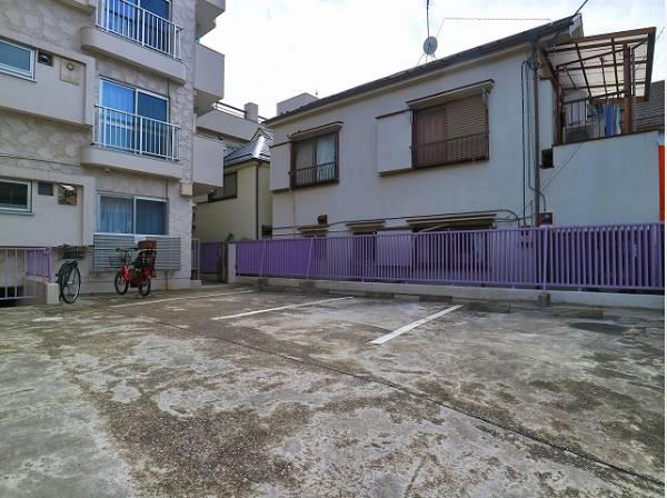 敷地内駐車場は月額24000円でご利用いただけます。