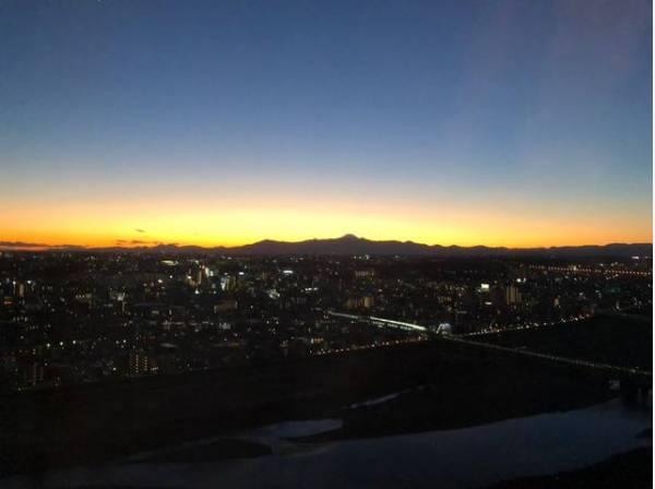 リビングから見える日没の風景です。 美しい夜景も楽しめます。