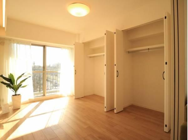 使い勝手の良いクローゼットが2つも付いた洋室。広々とした空間でインテリアを楽しんでください。
