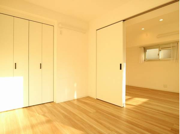 ナチュラルな木目調の床から木のぬくもりを感じられる広々とした5.4帖のお部屋です。