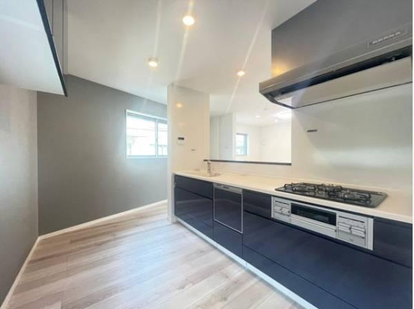 インテリアとしての美と快適な日常を支える機能性と強さがひとつになったキッチンです。