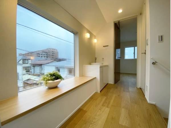 静かで落ち着いた空間が広がる廊下が上質感を演出し、安らぎの住まいへと誘います。