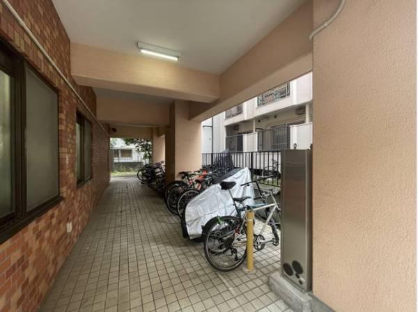 敷地内駐輪場。雨の日も濡れずに安心です。