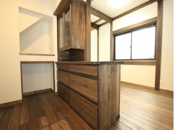 キッチンとリビングの間には食器棚が設置されています。