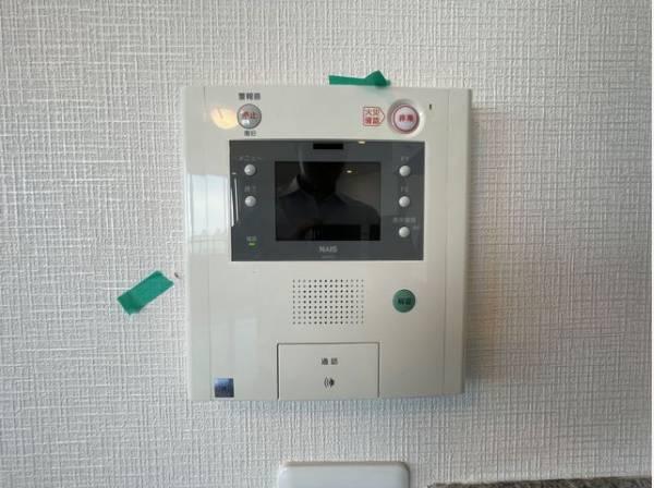 受話器を持たずに、来訪者と通話ができ、モニターで姿が確かめられるインターホンを採用しました。