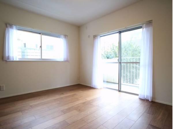 大きな窓からたっぷりと陽光が注がれる明るい空間。一日の疲れをいやしてくれる主寝室。時を忘れて過ごす場所として過ごせるお部屋。