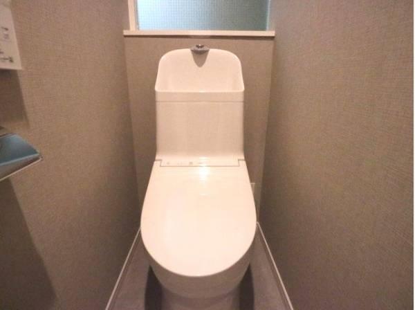 トイレには快適な温水洗浄便座付き。