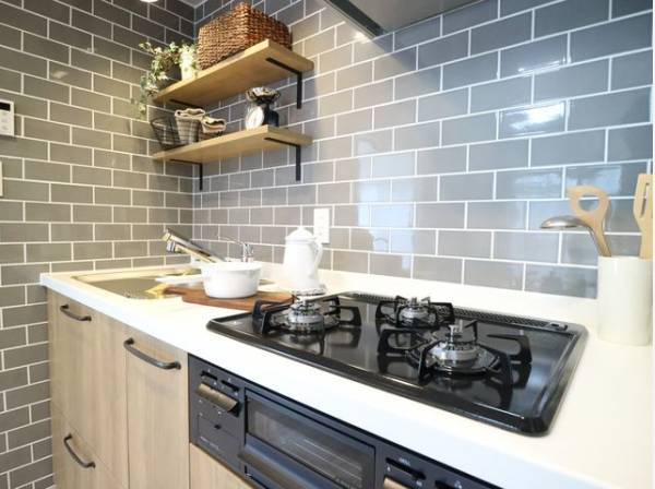 レトロ感あるタイル張りのキッチン。使い勝手の良い設備で効率よくお料理。