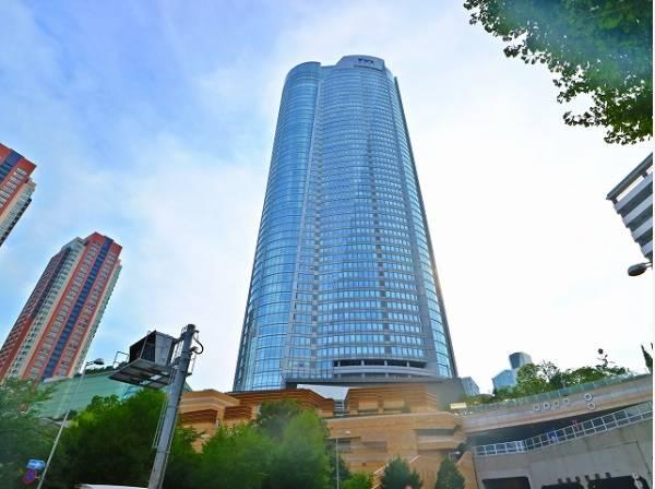 六本木ヒルズまで1500m 高さ238mの高層オフィスビルを中心に、集合住宅 、ホテル 、テレビ朝日本社社屋、映画館 をはじめとする文化施設、その他の商業施設等で構成されています。