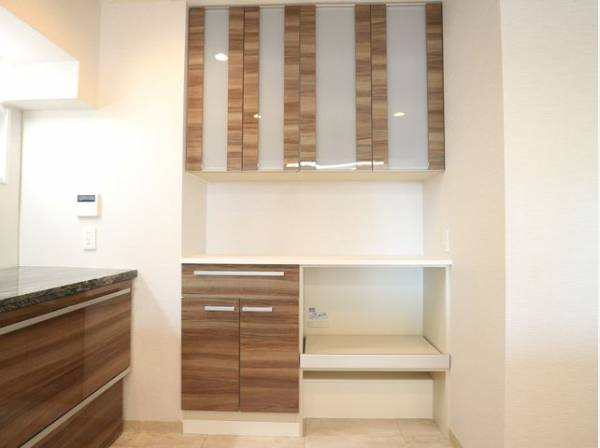 広々としたキッチンには収納スペースが設けられています。キッチン家電も置き場に困ることはありません。