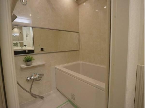 浴槽へもまたぎやすいよう配慮されています。また、シャワーヘッドの位置が変えられるので使い勝手がとても良いです。