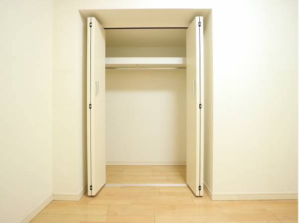 クローゼットをご用意しております。洋服をしまう整理ダンスなどを置かなくてもいいので、その分お部屋を広く使うことができます。
