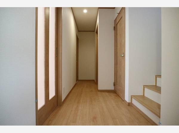 ただいまと叫びたくなるような玄関は毎日の行き帰りで使う大事な空間。明るく迎えてくれるお部屋は嬉しいですね。