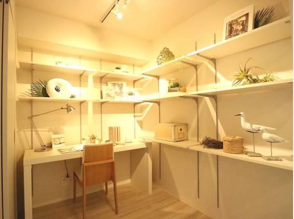 ご主人の書斎としても、お子さまの勉強部屋としても。多用途に対応できる便利なサービスルームです。