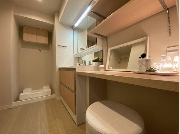 洗面室にはドレッサーを設置。ゆったりと身支度ができます。リラックスして優雅なひと時をお過ごし下さい。