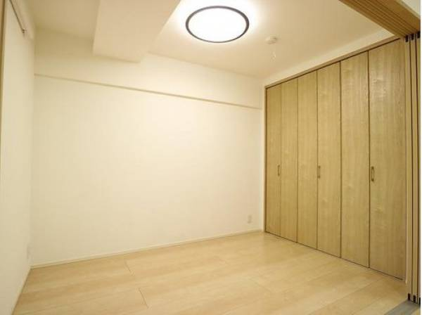 ダイニングとは引き戸で仕切られた洋室。引き戸を全開にしてリビングとして利用できるのがうれしいポイントです。