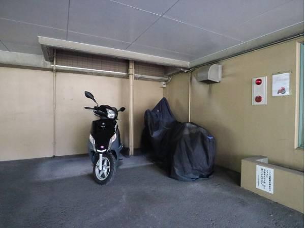 敷地内バイク置き場。