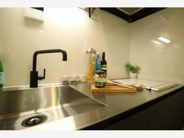 ステンレスのシルバーがアクセントなスタイリッシュなキッチン。おしゃれなお部屋にぴったりなキッチンです。
