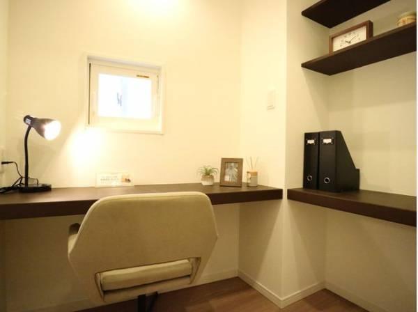 リビングの隣にデスクが設置された個室をご用意しました。在宅ワークに最適です。