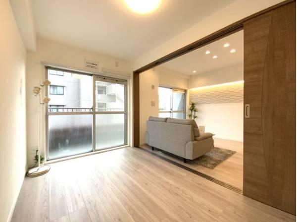 リビングと隣接した洋室は、引戸を開くと広々とした開放的な空間になります。