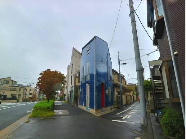 スタイリッシュな外観に、印象的なブルーの外壁が特徴的なお住まいです。ご家族の絆を深め、いつまでも誇りに思える邸宅へ。