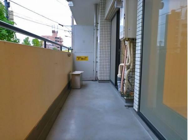 リビングに面するバルコニーはお布団や洗濯物もたっぷり干せる広さがあり、太陽の陽射しでしっかりと乾きそうです。