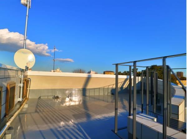 くつろぎの空間を演出するルーフバルコニー。周りに高い建物がないのでプライベート空間を保てます。