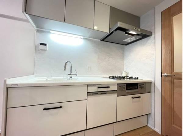 スペースを有効活用できる壁付けキッチン。じっくり料理に集中でき、ダイニングスペースも広くとれます。